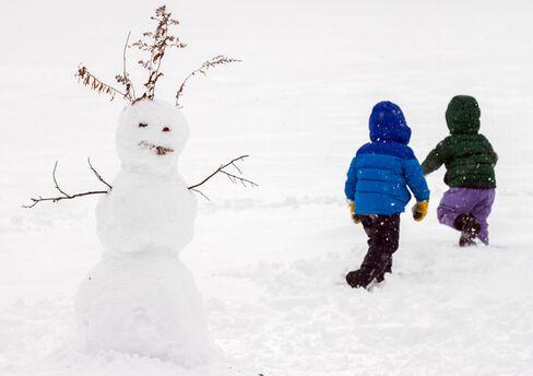 Historic Blizzard Cancels Flights, Threatens New York Snowfall