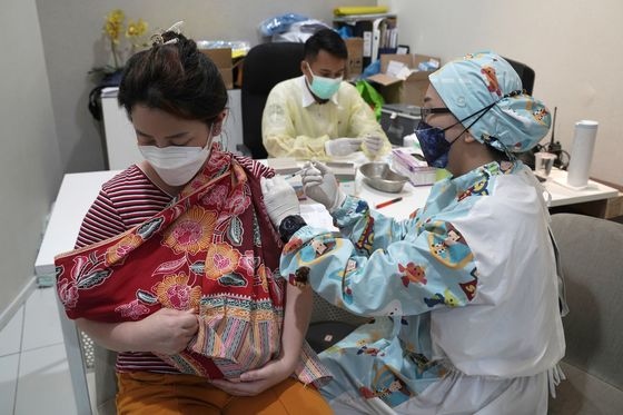 Indonesia Races to Meet Vaccine Goal as Delta Spurs Record Case