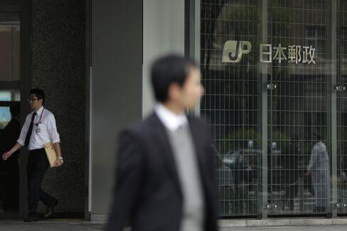 日本郵政ロゴと歩行者