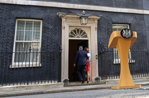 David Cameron enters 10 Downing Street with his wife Samantha Cameron after his resignation speech on June 24.