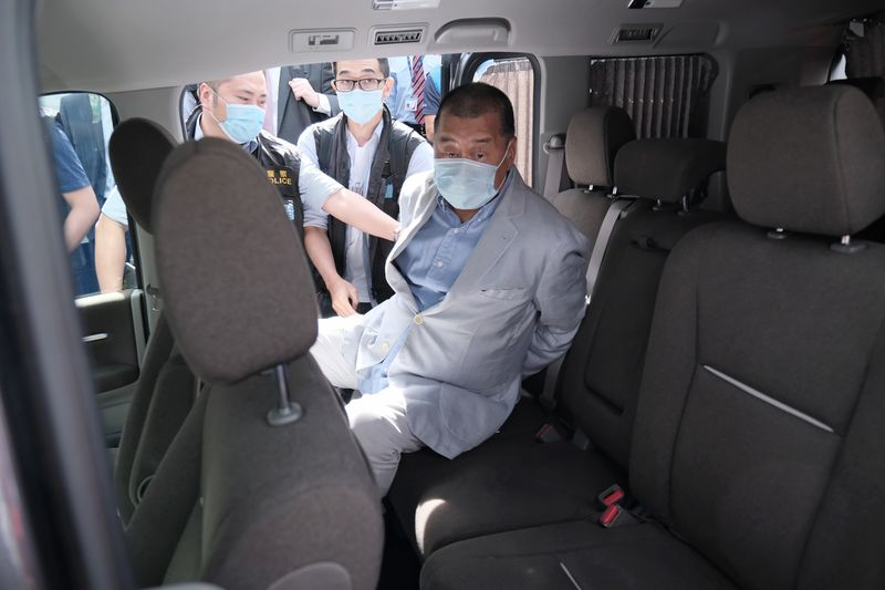 Jimmy Lai lên một chiếc xe khi anh được dẫn đi khỏi nơi ở của mình vào ngày 10 tháng 8. Người chụp ảnh: Paul Yeung / Bloomberg