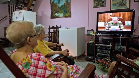 Cubans watch Cuban president Raul Castro on TV while he addresses the country, on December 17, 2014 in Havana.
