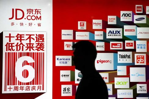 JD.com Goes Public, and China Has a New Internet Billionaire