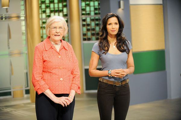 marilyn hagerty is pictured with top chef host padma lakshmi following hagertys viral review of an olive garden photo by david moirbravonbcu photo - Olive Garden Host Pay