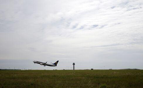 Ryanair Told to Slash Aer Lingus Stake by U.K. Regulators