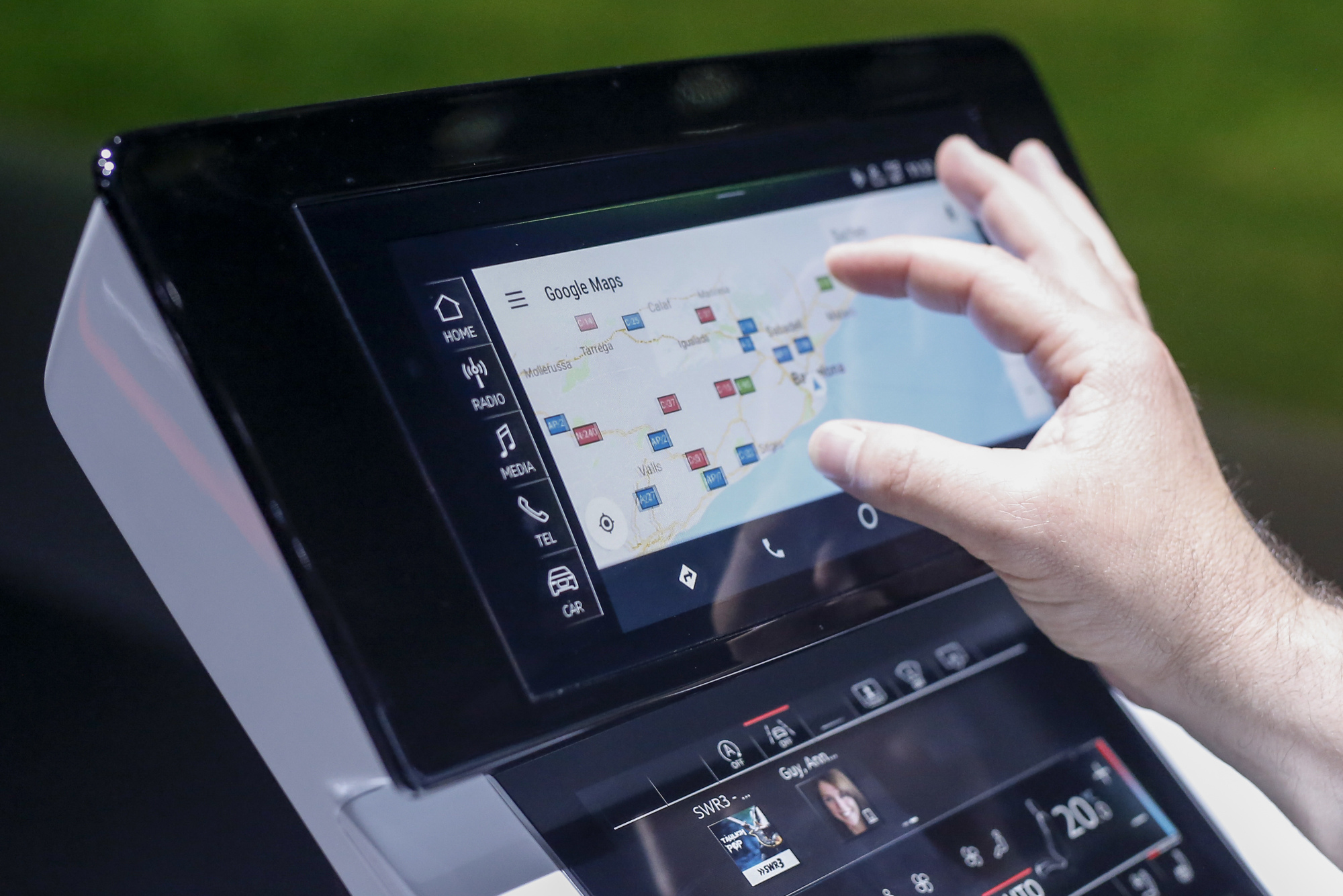 bloomberg.com - David Welch - Renault-Nissan Teams With Google and Lets Android Into the Dash