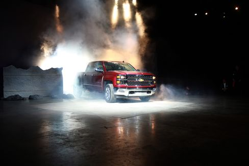 GM Says New Chevy Pickup V-8's MPG Beats Ford's V-6 Turbo Engine