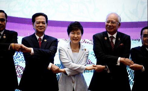 Nguyen Tan Dung, Park Geun-hye and Minister Najib Razak at the ASEAN Summit