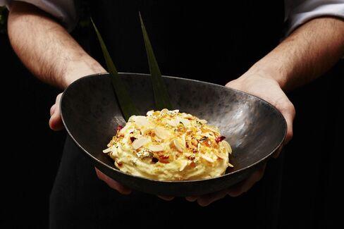 Μην χάσετε το επιδόρπιο Makhan Malai: σαφράν-εγχυθεί αφρόγαλα με τραγανά ζάχαρη και ροδοπέταλα.