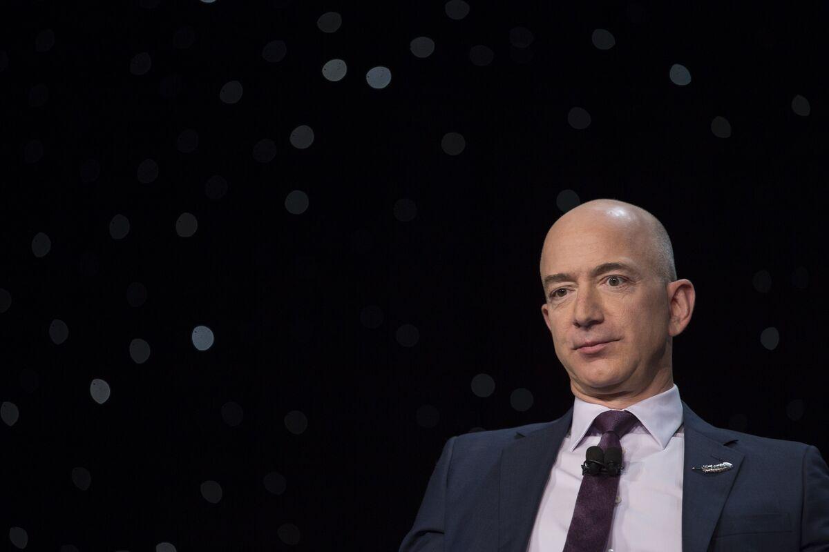 米アマゾンのベゾスCEO、純資産が1000億ドル超え-チャート - Bloomberg