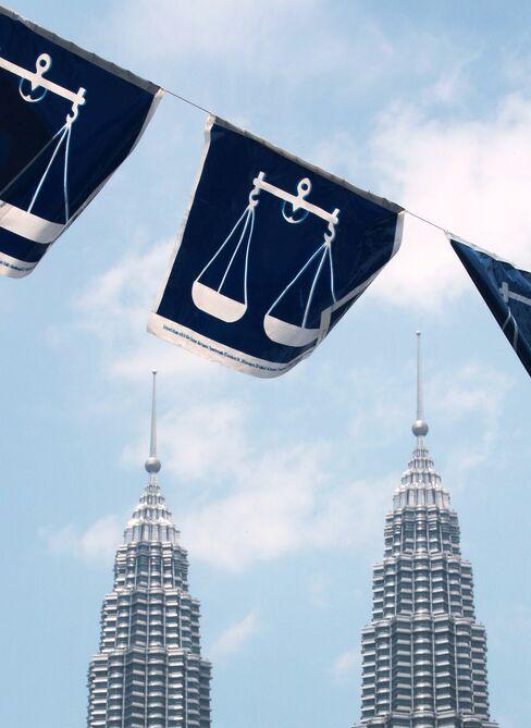 Najib Cabinet Rewards Base as Chinese Sidelined