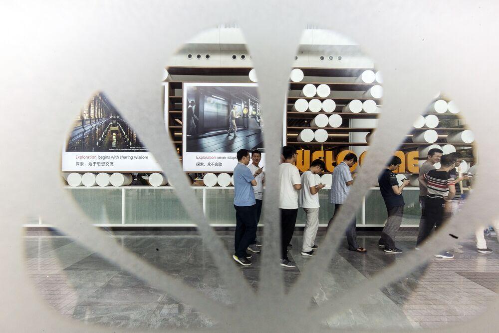 Huawei Rewards Staff for Accelerating Revenue Despite a U.S. Ban