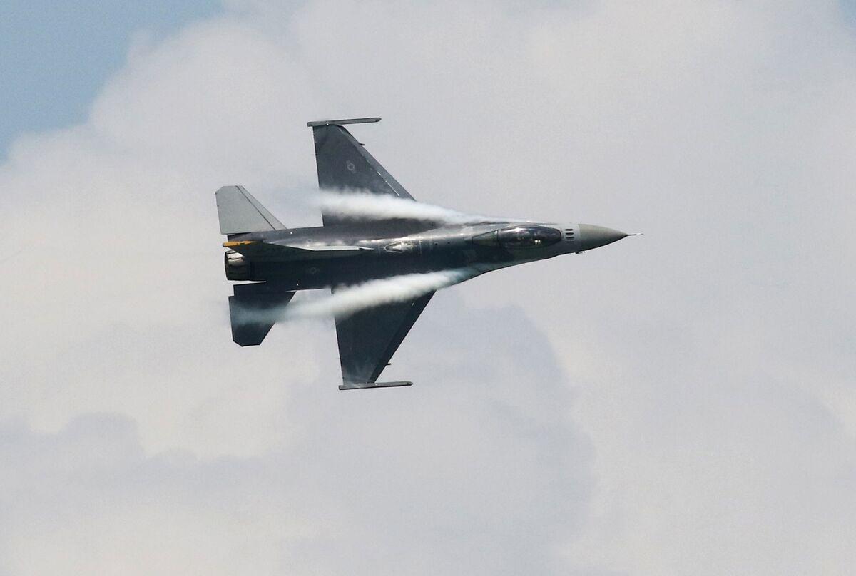 U.S. Formalizes F-16 Jet Sale to Taiwan