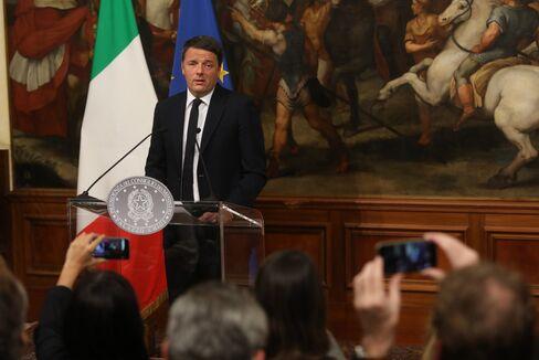 5日、ローマで記者会見するレンツィ首相