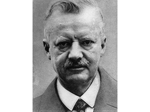 1902German embryologist Hans Spemann uses a hair from his infant daughter to separate a salamander embryo into two. Each develops normally.