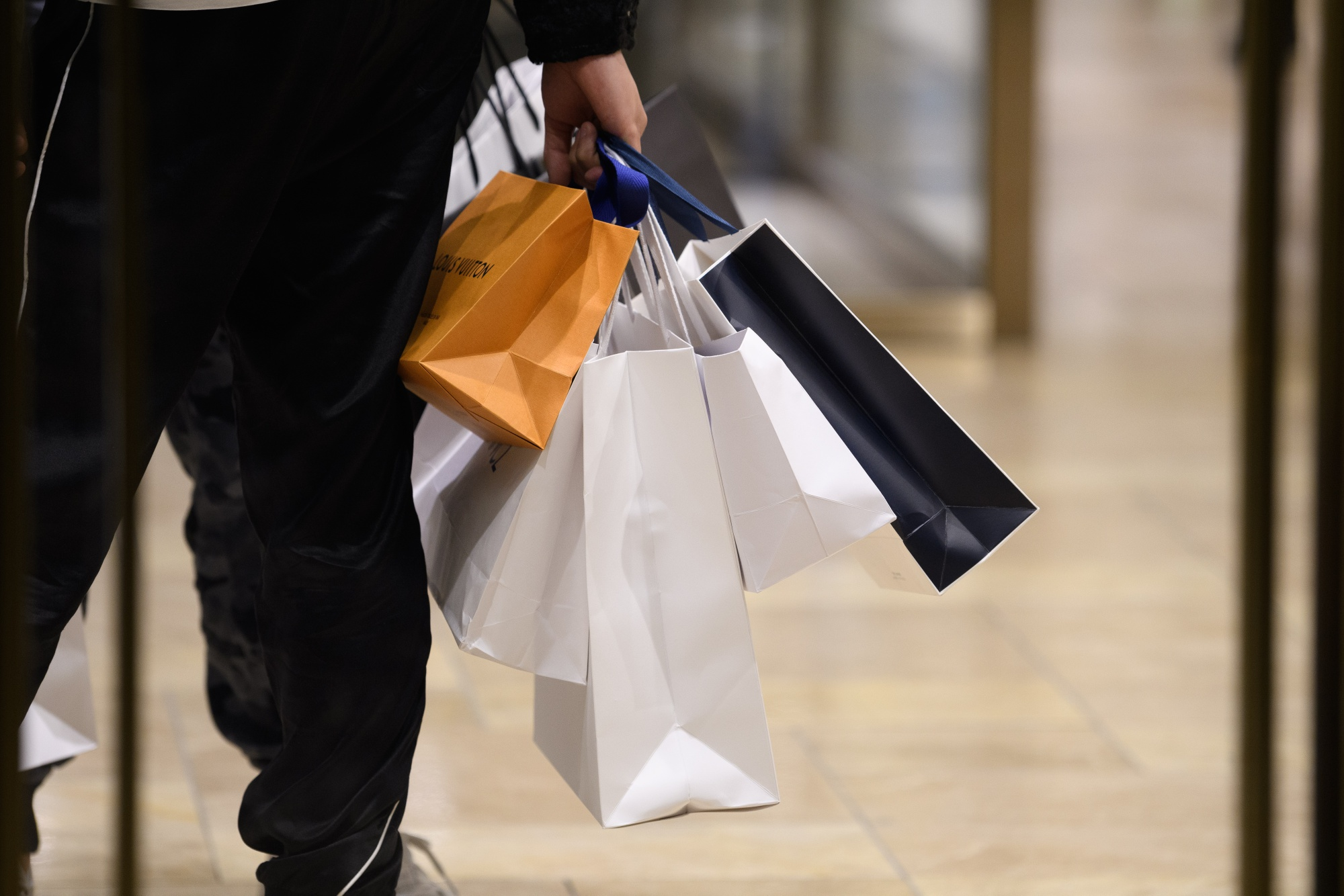 Japanese Consumers Help Prop Up Economy During Export Slump - Bloomberg