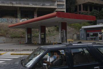 Bombas de gas cerrarán y las personas buscarán agua en medio del crecimiento de un brote viral en Venezuela