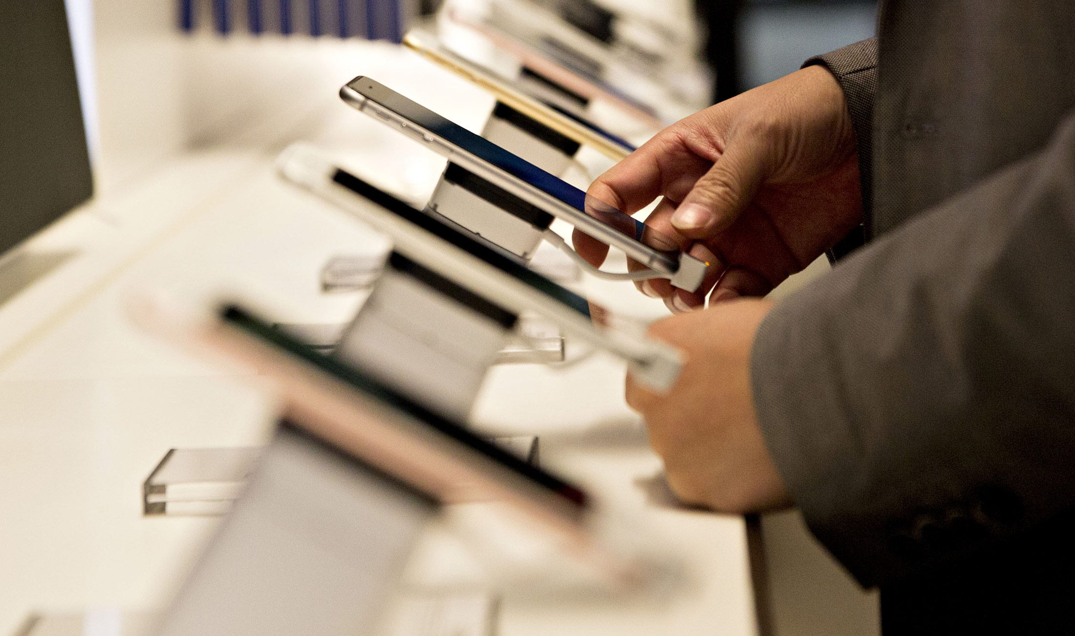Apple Attracts New iPhone Fans as Existing Owners Await Upgrade