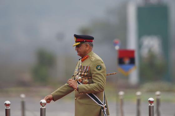 Pakistan Army Chief Says It's Time to 'Bury the Past' With India