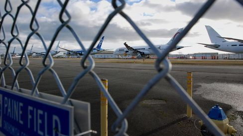 Boeing Co. 787 Dreamliners sit on the tarmac at Paine Field in Everett, Washington, on Feb. 14, 2014. Unloading the 787s would be a boost for Boeing after the aircraft sat outside the company's largest Seattle-area factory for about five years.