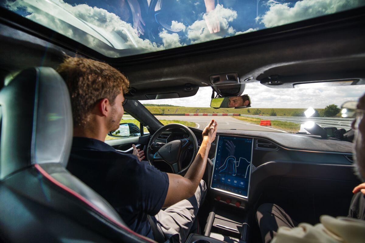 U.S. Investigator Urges Tesla to Fix Self-Driving Concerns: WSJ