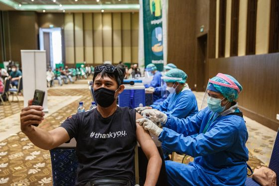 World Turns to China for Vaccines After India, U.S. Stumble