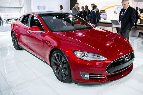 Tesla Model S P85D has become a favorite among drag racers.