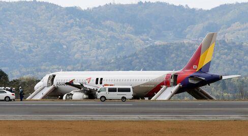 Asiana Airlines Airbus A320 at Hiroshima Airport