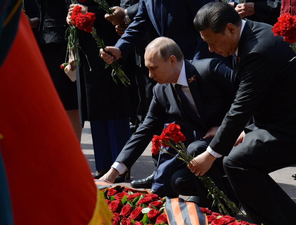 Putin and Xi lay flowers at the Tomb of the Soldier in Moscow in 2015.