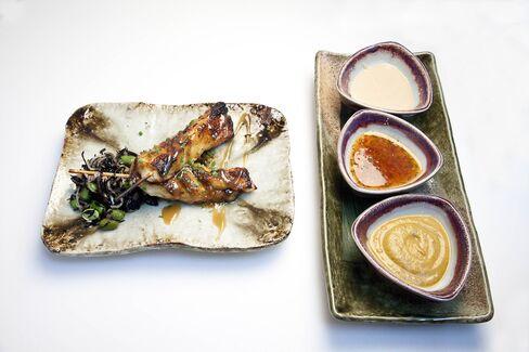 味噌漬けチリ産シーバスのサテ。タオを一大帝国に育てた大人気メニューだ