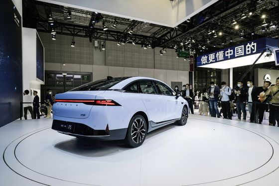 Nio, Xpeng Set Tongues Wagging on Day One of Shanghai Auto Show