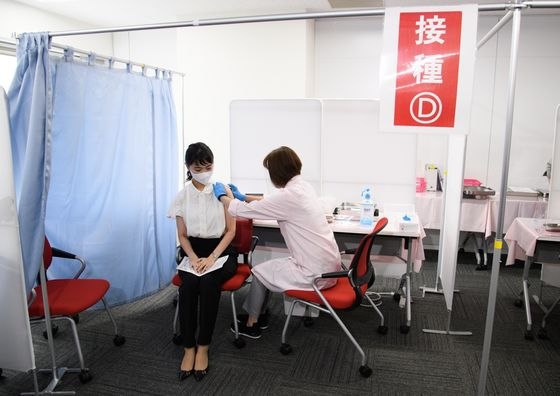 Japan Reaches Suga's Target of a Million Vaccine Doses Per Day