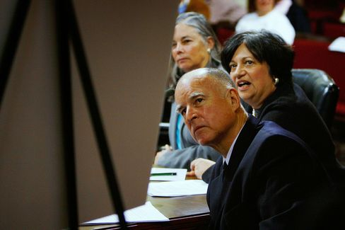 Jerry Brown and Mary Nichols attend a briefing on greenhouse gas emissions in 2008.