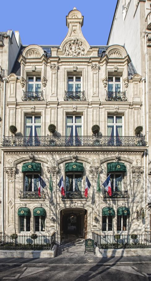 Domaine Clarence Dillon's new restaurant in Paris, Le Clarence, is housed in this elegant 19th century mansion on Avenue Franklin D. Roosevelt, around the corner from Avenue des Champs-Élysées. Its façade was completely renovated.