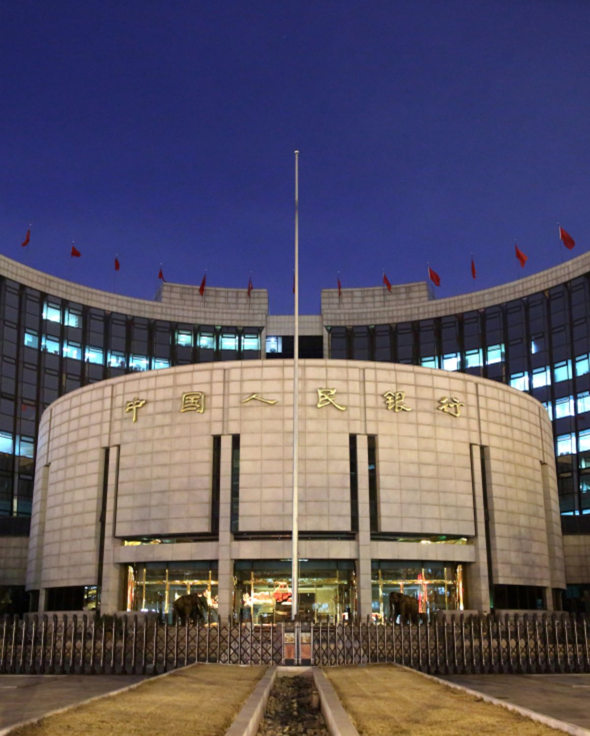PBOC Drains $20.5 Billion in Bank Liquidity, Keeps Rates on Hold