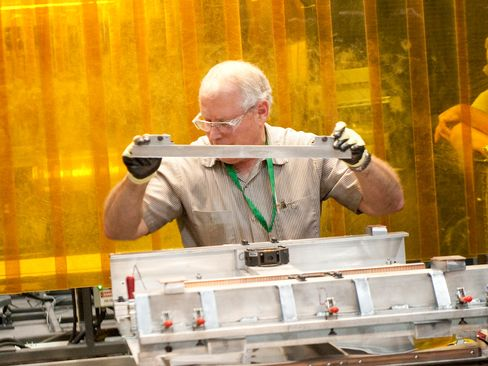 A worker prepares a nickel plate for a fuel cell .