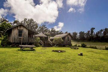 """Hay casa de un gerente, un granero, y varias cabinas """"vaquero"""" para trabajadores del rancho."""