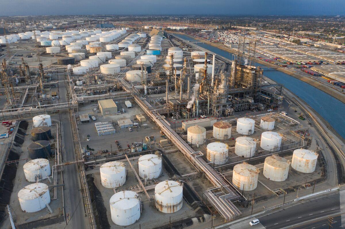 原油先物が小幅高、燃料消費拡大への楽観的見方広がる-アジア時間