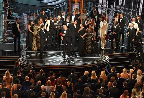 ステージ上の「ムーンライト」と「ラ・ラ・ランド」の関係者たち