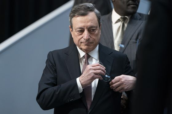 Draghi, in Rare Move, Sounds Concern Over Fed's Independence