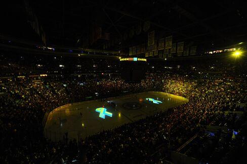 Boston Bruins Fans Keep Dutiful Silence, Sing Anthem Defiantly