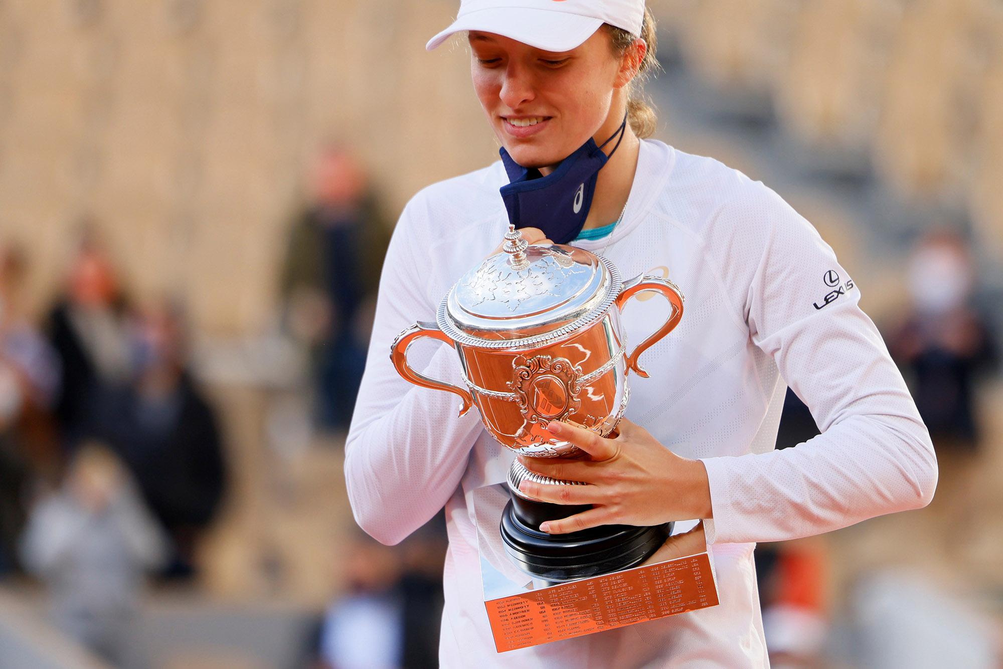 Iga Świątek świętuje trofeum Suzanne Lenglen w Paryżu 10 października.