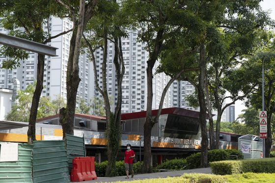 Singapore Grapples With Reopening Plans as Its Rivals Move On