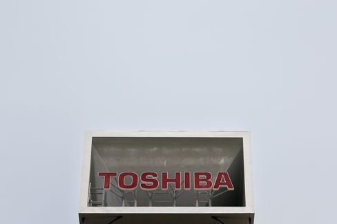 Toshiba Falls to Three-Year Low on Chip Output Cut