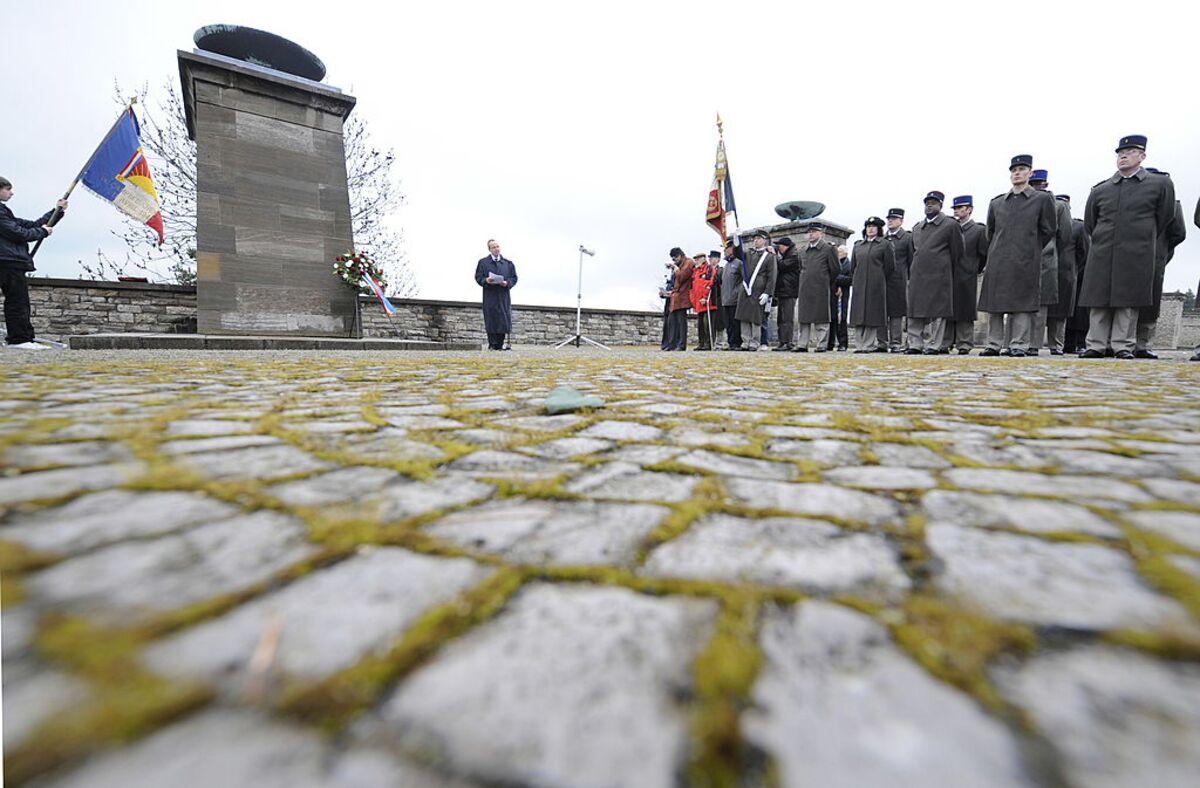 Comemorando a libertação de Buchenwald, um campo de concentração onde as Testemunhas de Jeová foram mortas. Fotógrafo: JOHN MACDOUGALL / AFP / Getty Images