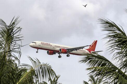 ムンバイ(チャトラパティ・シバジ)国際空港に着陸するエア・インディア機