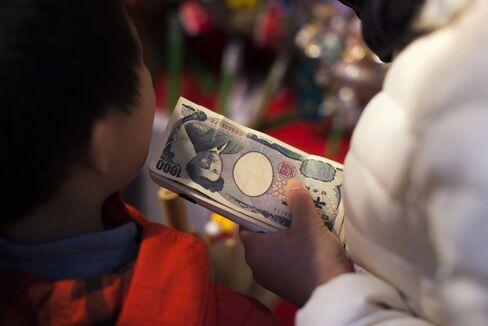 酉の市の買い物客(浅草・鷲神社)