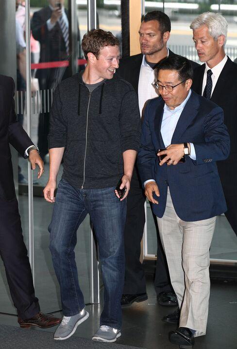 Facebook's Zuckerberg Meets Samsung Executives Amid Mobile Push
