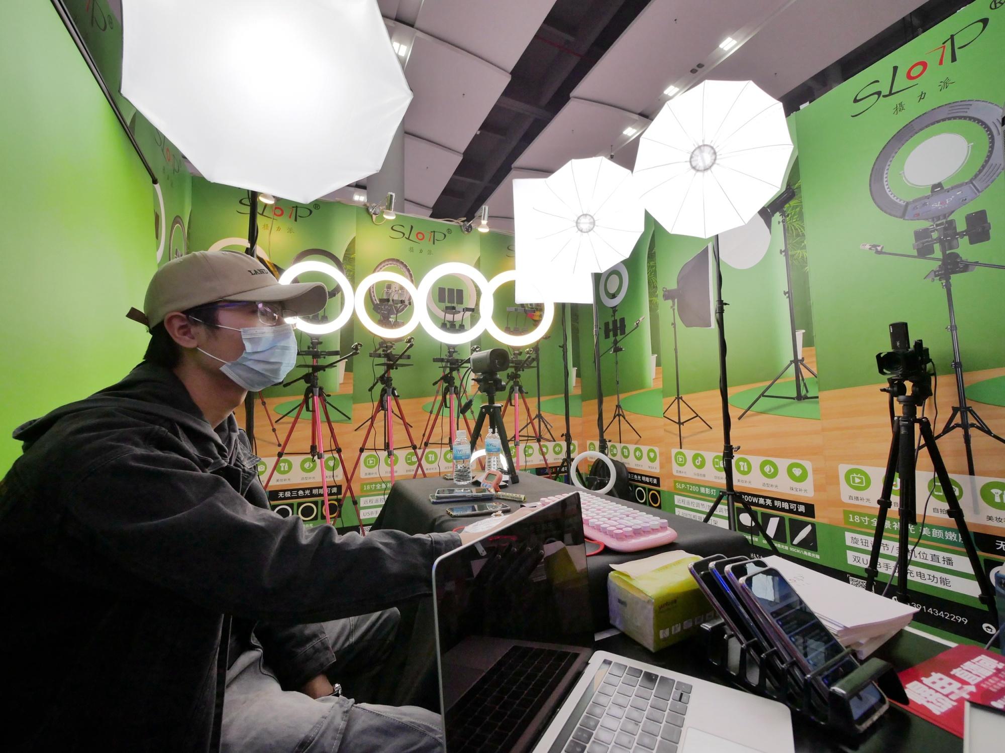 Perlengkapan lampu di Pameran Industri Streaming Langsung Internasional Guangzhou 2020 pada 27 Desember 2020.