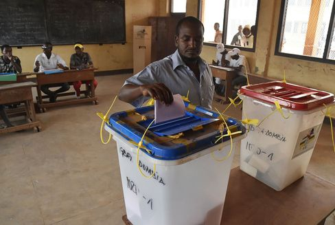 A man casts his vote in the muslim district of PK 5 in Bangui